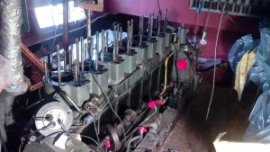 Vue du dessus 8 cylindres. Sur la droite du moteur en bas on appercoie l'arbre qui fait touner la pompe à injection et la pompe hydraulique pour l'inverseur